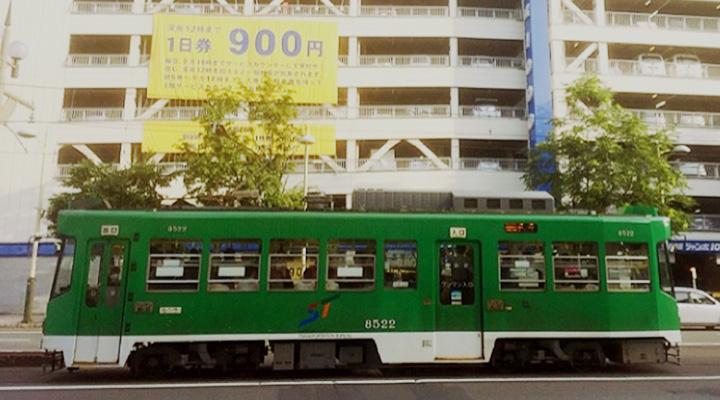 駐車場ジャンボ1000と札幌市電 路面電車